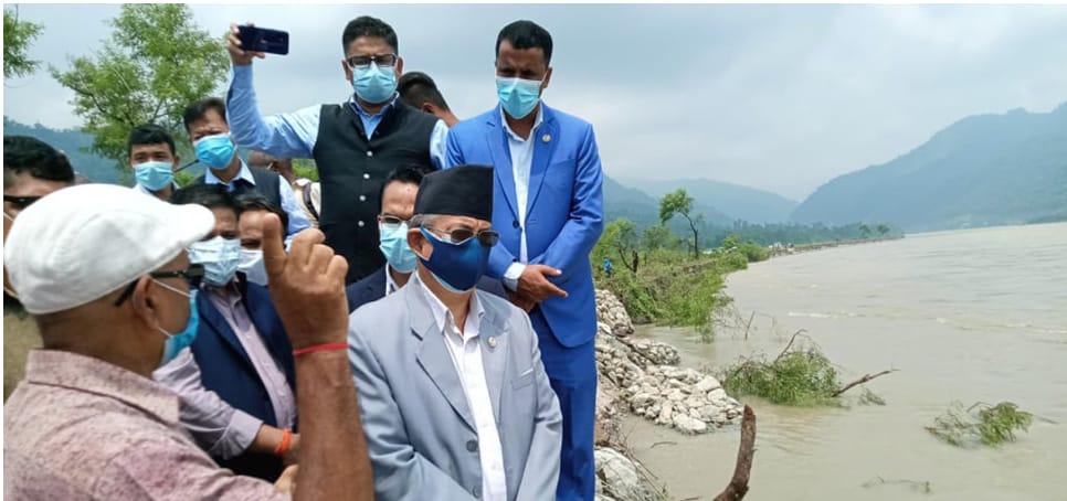 गृहमन्त्रीद्दारा बेलका ८ को बाढी प्रभावित क्षेत्रको निरीक्षण