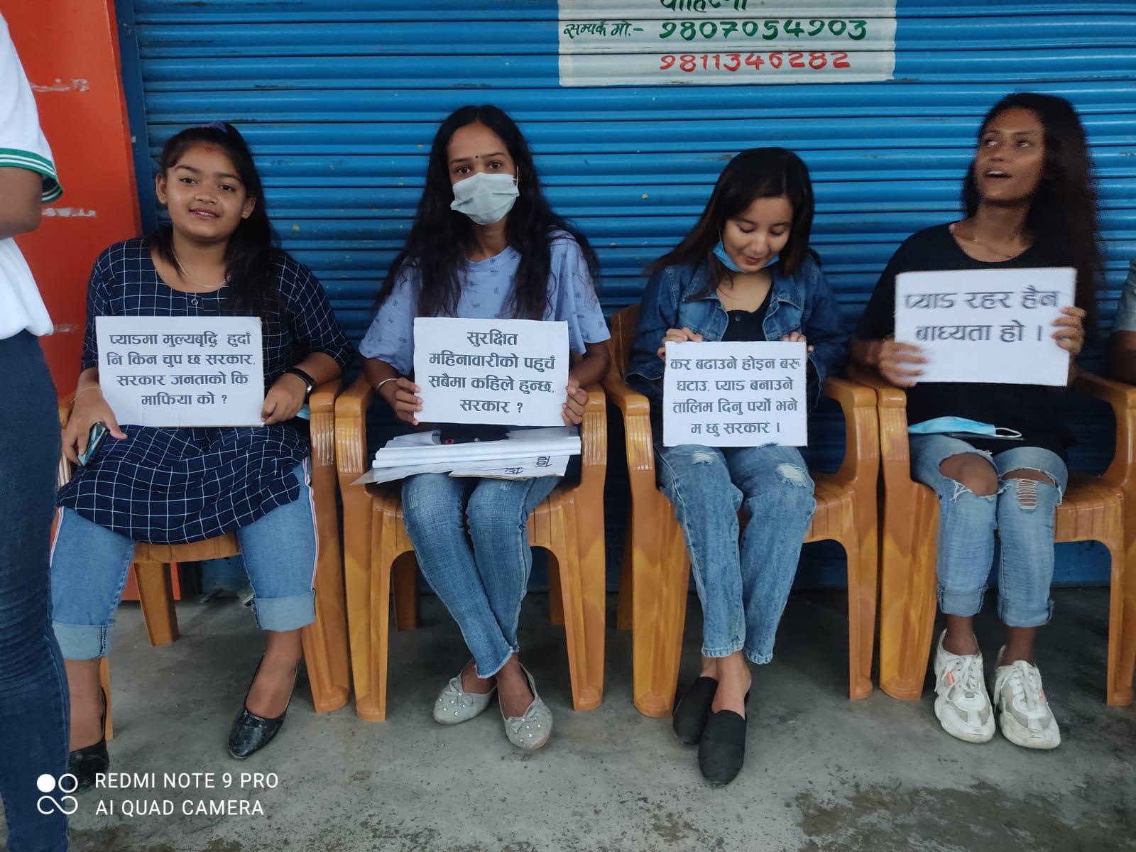 स्यानिटरी प्याडमा लगाइएको कर घटाउन माग गर्दै इटहरीमा विरोध